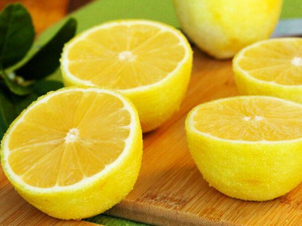 Si ndikon lëngu i limonit tek gurët në veshka?