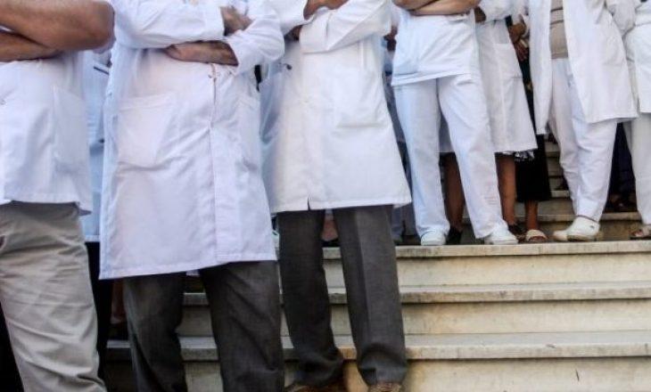 Vazhdon largimi i mjekëve nga Kosova, shkak shihet politizimi i shëndetësisë