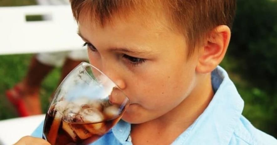 Pse fëmijët nuk duhet të pijnë kola?