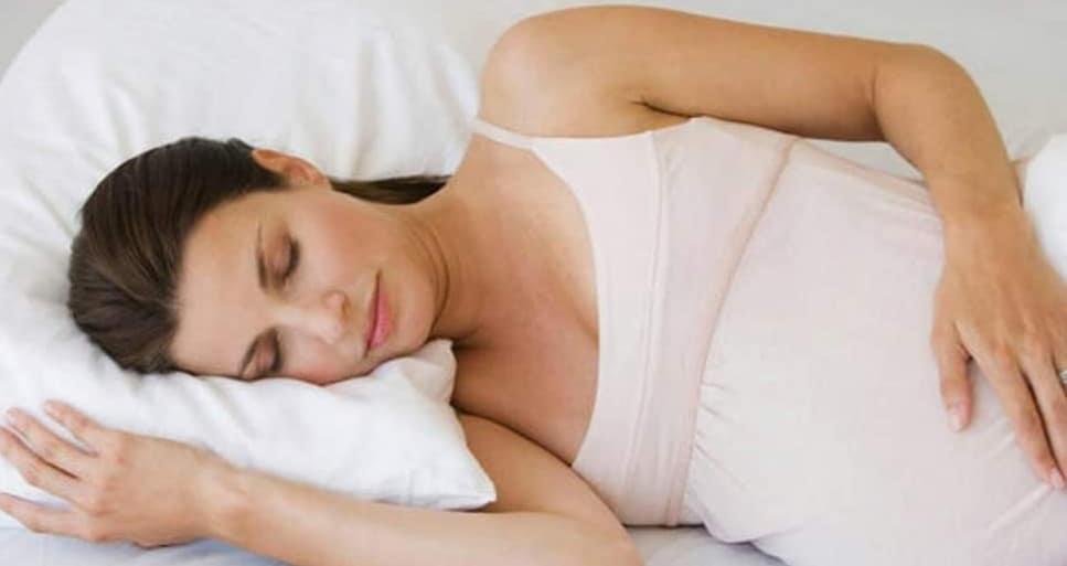 A është rrezik që të fleni shtrirë në shpinë gjatë shtatzënisë?